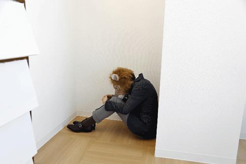 ライオンが白い部屋で悩んでいる画像