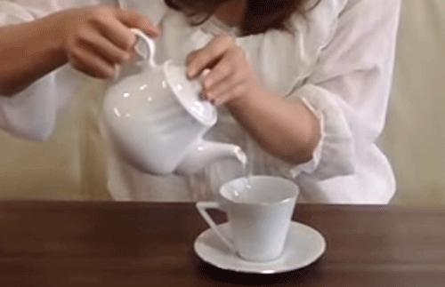 碁石茶を入れる女性の画像