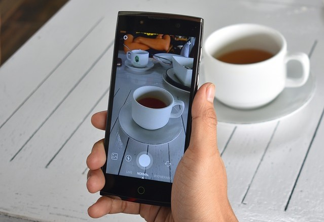 スマホでコーヒーを撮影